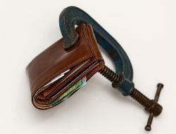 Обращение взыскания на денежные средства должника: порядок, на какие виды доходов не может быть обращено, заработок отбывающего наказание