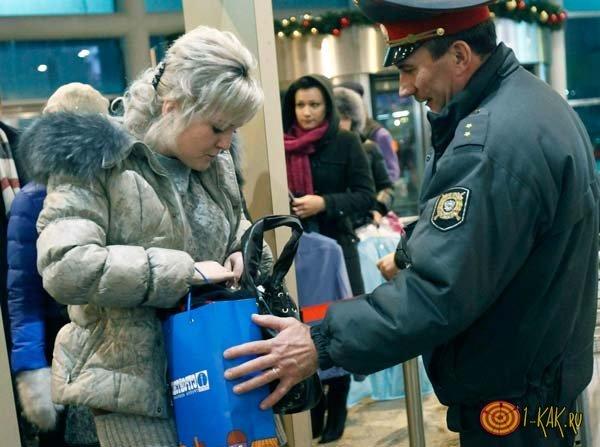 Имеет ли право охранник досматривать сумки граждан?