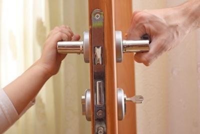 Как выписать человека из квартиры, если он там не проживает и не платит?