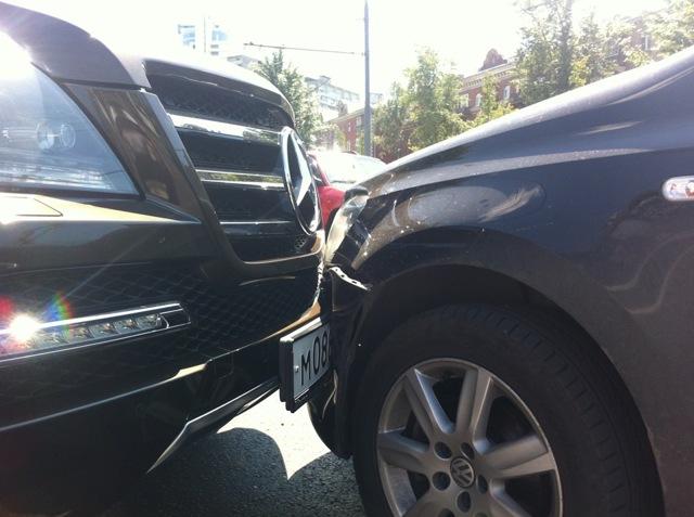 Что делать, если повредили машину во дворе? Куда обращаться?