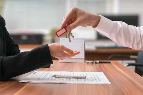 Кто должен оплачивать договор купли-продажи - покупатель или продавец?