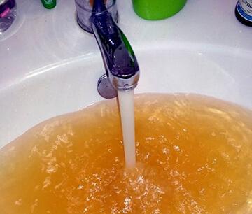 Ржавая вода из крана - куда жаловаться и как составить заявление?