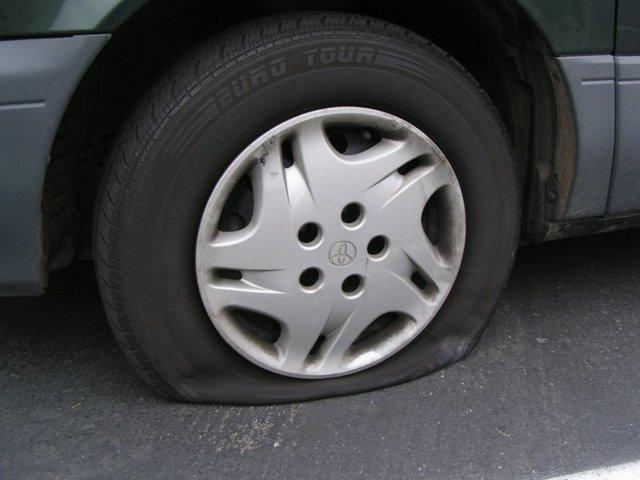 Что делать, если прокололи колеса во дворе, как возместить ущерб?